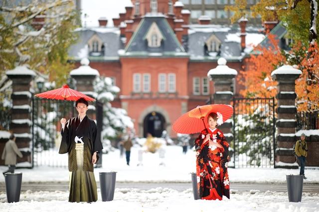 北海道道庁赤レンガの前で真紅の番傘