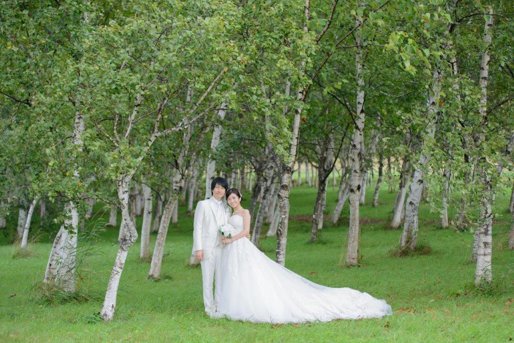 モエレ沼公園、JILL STUARTやアンテプリマ、NATURAL BEAUTY、ANTONIO RIVA(アントニオ・リーヴァ)、MIKA NINAGAWAなどハイエンドのブランドドレスが1000着の中から選べる。移動車両でお花畑や白樺の森などロケーションのビューポイントで撮影するプランが人気。