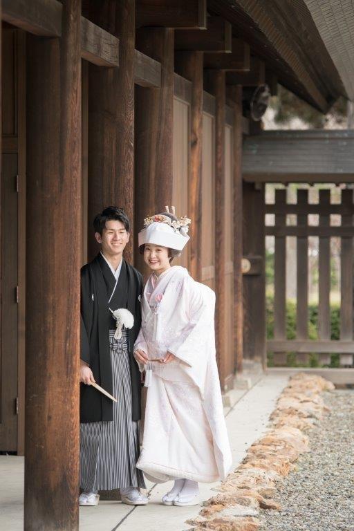 護国神社前撮り、上質な白無垢や打掛など1000点から選べます。前撮りの最適。神社と公園、歴史的施設やゲストハウスとの組み合わせも人気