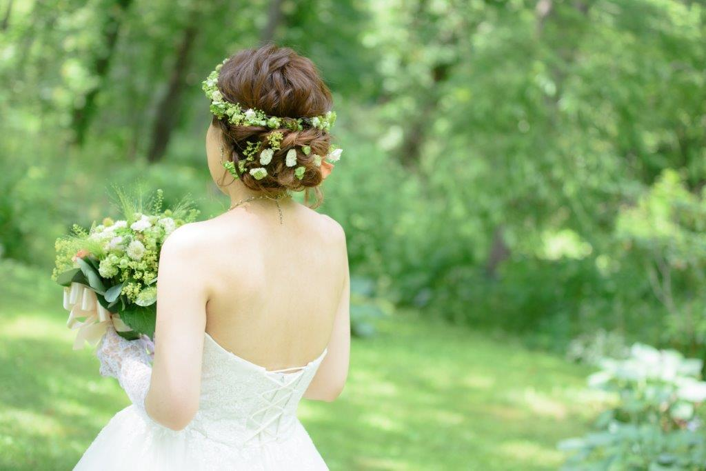 ユニガーデン、前撮りJILL STUARTやアンテプリマ、NATURAL BEAUTY、ANTONIO RIVA(アントニオ・リーヴァ)、MIKA NINAGAWAなどハイエンドのブランドドレスが1000着の中から選べる。移動車両でお花畑や白樺の森などロケーションのビューポイントで撮影するプランが人気。