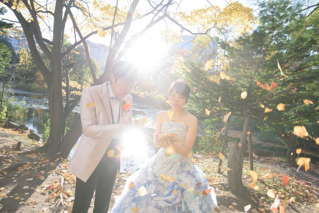紅葉結婚写真 JILL STUARTやアンテプリマ、NATURAL BEAUTY、ANTONIO RIVA(アントニオ・リーヴァ)、MIKA NINAGAWAなどハイエンドのブランドドレスや白無垢や色打掛など1000着からまとえるのがオトナフォトの人気。 北海道の秋は和装のパラダイス